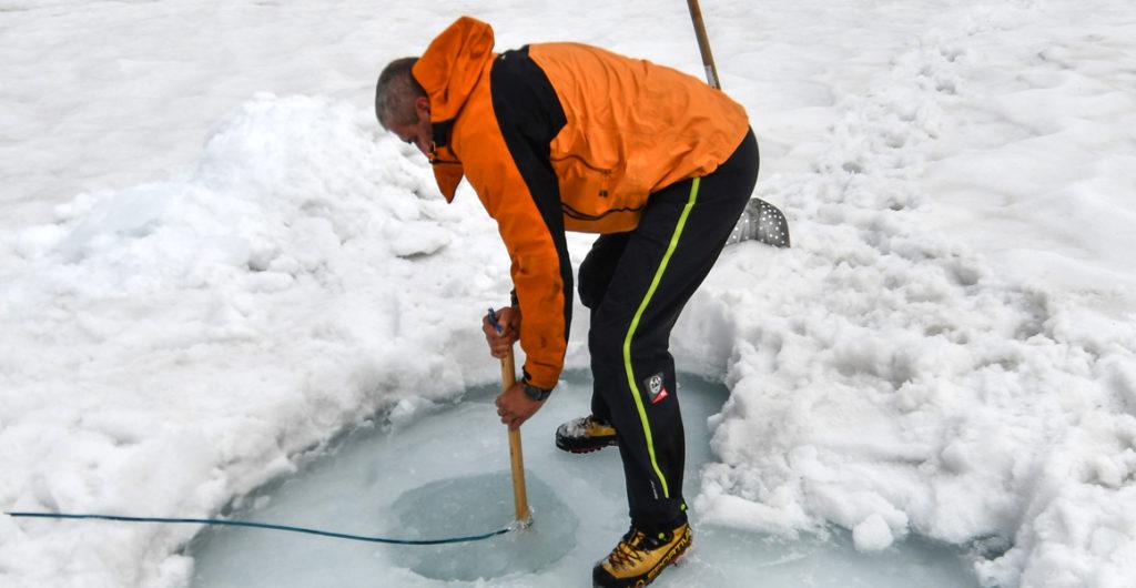 Perçage du trou dans la glace du lac Sassolo